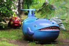 15 juni, 2018 Izhevsk, Rusland De blauwe vinvis van de kinderen` s carrousel met het Park stock afbeelding