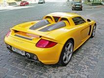 Juni 12, 2011, Kiev - Ukraina Gula Porsche Carrera GT i mitten av Kiev royaltyfri bild