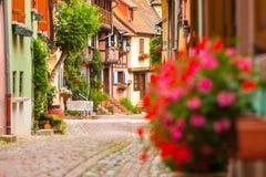 19 Juni 2012 Korsvirkes- hus på Eguisheim, Alsace, Haut Rh Royaltyfria Bilder