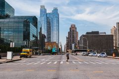 22. Juni 2017 kreuzt a-Frau Allee 11 in Midtown Manhattan, Stockbilder