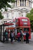 21. Juni 2015: Leute, die auf ikonenhaftem im altem Stil rotem Bus am Heiligen Paul Cathedral Bus Station, historisches religi St Lizenzfreie Stockfotografie