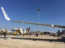 25. Juni 2018 Lissabon, Portugal - Leute, die einen Ryanair-Flug an Anschluss 2 Humberto Delgado Airports eintragen Lizenzfreies Stockbild