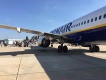 25. Juni 2018 Lissabon, Portugal - Leute, die einen Ryanair-Flug an Anschluss 2 Humberto Delgado Airports eintragen Lizenzfreie Stockbilder