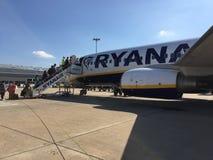25. Juni 2018 Lissabon, Portugal - Leute, die einen Ryanair-Flug an Anschluss 2 Humberto Delgado Airports eintragen Stockfoto