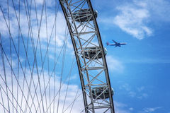 26 Juni 2015, Londen, het UK, British Airways-vliegtuigvliegen voorbij het Oog van Londen Stock Afbeeldingen
