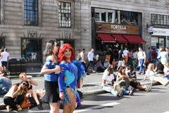 27 Juni 2015: Londen, het UK, Niet geïdentificeerde Mensen in volledig enthousiasme in Pride In London Parade in Trafalgar Square Stock Afbeelding