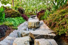 8. Juni 2018 Los Angeles/CA/USA - üppige Vegetation, die einen Wassernebenfluß durchfließt Robert Irwin \ 'zentralen Garten s an  lizenzfreie stockfotografie