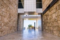 8. Juni 2018 Los Angeles/CA/USA - gehender Korridor zwischen Travertin bedeckte Wände und unterhalb einer Luftgehwegverbindung lizenzfreie stockbilder