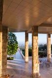 Juni 8, 2018 Los Angeles/CA/USA - kolonnaden som täckas i travertine, vaggar på den Getty mitten (som planläggs av Richard Meier) royaltyfri foto