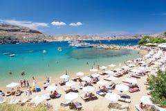 21 Juni 2017 Mening van het strand in Lindos-stad Rhodos, Griekenland Stock Afbeelding