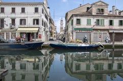 15. Juni 2017 Nachmittag in Chioggia-Straßen, romantische Szene mit Kanal, Boote, alte historische Gebäude, Brücke und Reflexione Lizenzfreies Stockfoto