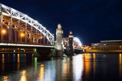 Juni natt på den Bolsheokhtinsky bron okhtinsky petersburg russia för bro saint Royaltyfria Bilder