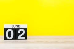 Juni 2nd Dag 2 av månaden, kalender på gul bakgrund Sommardagen, tömmer utrymme för text Arkivfoto