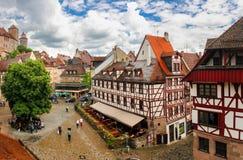 Juni 15 2016, Nuremberg, Tyskland: cityscape från stadsväggen av det gamla slottarkitekturBayern loppet Royaltyfri Fotografi