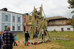 Juni 2017, Odoev Ryssland: Folk för Filimon för festival`-farfar ` för sagor ` s - gammal karusell royaltyfri bild
