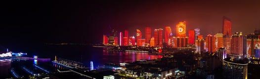 Juni 2018 - Qingdao, Kina - den nya lightshowen av Qingdao horisont som skapas för SCO toppmötet royaltyfri foto