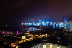 Juni 2018 - Qingdao, Kina - den nya lightshowen av Qingdao horisont som skapas för SCO toppmötet royaltyfri bild