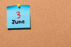 Juni 3rd Dag 3 av månaden, färgklistermärkekalender på anslagstavla unga vuxen människa Tomt avstånd för text Fotografering för Bildbyråer