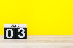 Juni 3rd Dag 3 av månaden, kalender på gul bakgrund Sommardagen, tömmer utrymme för text Royaltyfria Foton