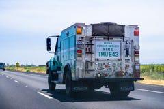 Juni 26, 2018 Redding/CA/USA - lastbil för USDA som Forest Service Fire kör på det mellanstatligt royaltyfria foton
