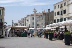 15. Juni 2017 regelmäßig, Markt in Chioggia-Straßen, Italien, sonniger Tag, blauer Himmel Stockbilder