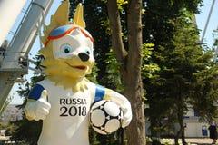 6 Juni 2018 Rusland, rostov-op-trekt aan De officiële mascotte van de Wereldbeker van FIFA van 2018 Wolf Zabivaka-karakter bij Th stock foto's