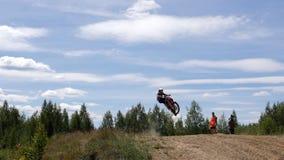 10. Juni 2018 Russische Föderation, Bryansk-Region, Ivot - extremer Sport, Quermotocross Der Motorradfahrer betritt stock video