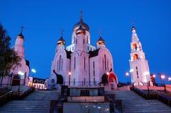 11. Juni 2013 Russland, KHMAO-YUGRA, Khanty-Mansiyskgasse der slawischen Literatur, Kirche des AuferstehungsGlockenturms und Kape Lizenzfreie Stockbilder