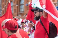 Juni 14, 2018 Ryssland Moskva, FIFA, fotbollsfan har samlat på röd fyrkant, royaltyfri bild