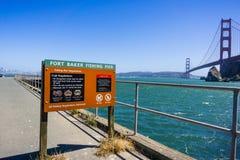 29 juni, 2018 Sausalito/CA/de V.S. - het Fort Baker Fishing Pier postte verordeningen betreffende krab visserij; Zichtbaar golden stock foto's
