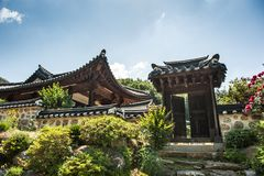 29. Juni 2017: Schöne traditionelle Architektur Foto gemacht am 29. Juni 2016 in Yongin-Stadt, Südkorea Lizenzfreies Stockbild