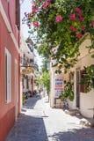 19 JUNI 2017 Sikt av den lugna gatan i den Rhodes staden Grekland Royaltyfria Foton