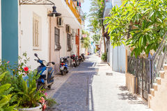 19 JUNI 2017 Sikt av den lugna gatan i den Rhodes staden Grekland Fotografering för Bildbyråer