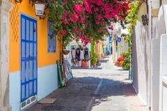 19 JUNI 2017 Sikt av den lugna gatan i den Rhodes staden Grekland Royaltyfri Foto