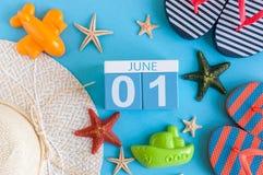 Juni 1st bild av den juni 1 kalendern på blå bakgrund med sommarstranden, handelsresandedräkten och tillbehör Första sommar Royaltyfria Bilder