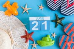 Juni 21st bild av den juni 21 kalendern på blå bakgrund med sommarstranden, handelsresandedräkten och tillbehör field treen Royaltyfria Bilder