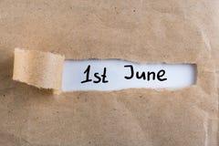 Juni 1st bild av den juni 1 kalendern på sönderriven kuvertbakgrund Första sommardag Lyckliga barns dag Royaltyfri Fotografi