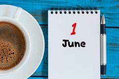 Juni 1st bild av juni 1, kalender på blå bakgrund med morgonkaffekoppen Första sommardag Tomt avstånd för text Royaltyfria Foton