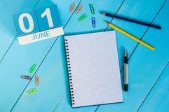 Juni 1st bild av juni 1 träfärgkalendern på blå bakgrund Första sommardag Royaltyfri Bild