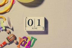 Juni 1st bild av juni 1 träfärgkalendern på den vita backgroen Royaltyfri Fotografi