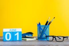 Juni 1st dag 1 av månaden, kalender på tabellen för affärskontor, arbetsplats på gul bakgrund unga vuxen människa Arkivbilder