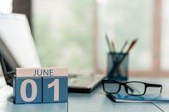 Juni 1st dag av månaden 1, träfärgkalender på affärsarbetsplatsbakgrund sommar för snäckskal för sand för bakgrundsbegreppsram Tö Fotografering för Bildbyråer