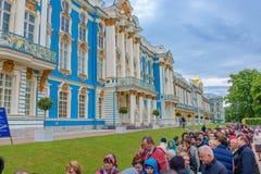 Juni 13, 2016 St Petersburg, Ryssland Catherine Palace folk på turnera lokaliseras allra i staden Tsarskoye Selo Pushkin, Arkivbilder