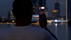 28. Juni 2018 Stadt Chinas, Suzhou, Jinji See Erwachsener Mann machen ein Foto vom schönen Sonnenuntergangstadtbild durch Smartph stock footage