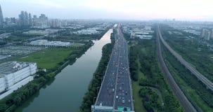 28. Juni 2018 Stadt Chinas, Suzhou Luftbrummenflug über Abendstraßenverkehr Zwei-Ebenenstraßenkreuzung Beschneidungspfad eingesch stock video footage