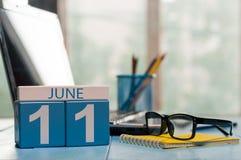 11. Juni Tag 11 des Monats, hölzerner Farbkalender auf freiberuflich tätigem Arbeitsplatzhintergrund Junge Erwachsene Leerer Plat Stockbild