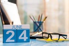 24. Juni Tag 24 des Monats, hölzerner Farbkalender auf Studentenarbeitsplatzhintergrund Junge Erwachsene Leerer Platz für Text Stockbild