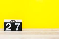 27. Juni Tag 27 des Monats, Kalender auf gelbem Hintergrund Baum auf dem Gebiet Leerer Platz für Text Internationaler Fischereien Stockfotos