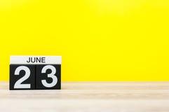 23. Juni Tag 23 des Monats, Kalender auf gelbem Hintergrund Baum auf dem Gebiet Leerer Platz für Text Internationaler olympischer Stockbild