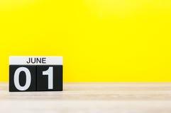 1. Juni Tag 1 des Monats, Kalender auf gelbem Hintergrund Erster Sommertag Leerer Platz für Text Der Tag der glückliche Kinder Lizenzfreies Stockbild